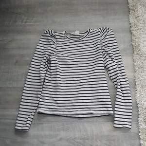 Fin randig tröja. Den har lite puffiga axlar. Jättebra skick, använt ca 5 gånger under en t-shirt. Tyget är ganska stretchit. (stav lol)
