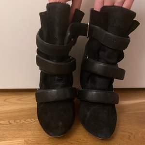 Sjukt snygga skor från isabel Marant. Använda men i mycket fint skick. Jag har storlek 37 och funkar bra på mig även om det är storlek 38 egentligen.💖 kan posta eller mötas upp i Stockholm