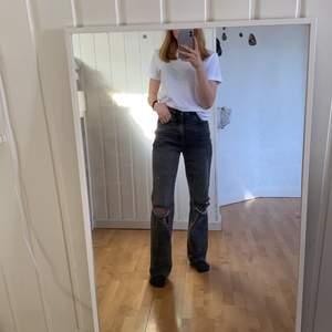 Säljer dessa jättesnygga 90's boyfriend jeans från pacsun i storlek 23/xs. Uppsydda så de går ner till hälen på mig som är 160. På sista bilden ser man att jag bett skräddare sy igen ett hål så det inte skulle vara lika stort. Nästan aldrig använda så i nyskick!