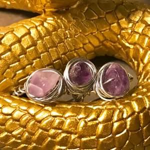 Jag säljer nu dessa ringar som är gjorda av ståltråd och ametist stenar. när du köper är det viktigt att du skriver till mig i mm eller cm hur stort ditt finger är i både diameter och omkrets. om du villiers hur du mäter så kontakta mig, jag hjälper dig!