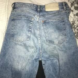 Från H&M, momjeans säljer för att jag knappt använder dem. Jättefina med hål på knäna. Knappgylf. <3