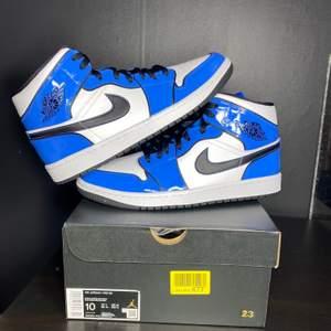 Säljer dessa snygga Jordan 1 mid signal blue. Dessa skor är aldrig använt och är helt äkta, kvitto kan visas. Dessa storlekar finns 1x40,5. Priset på dessa snygga skor är 1800 + frakt eller meet up i Örebro/Lindesberg. Har du nån fråga så är det bara att ställa.
