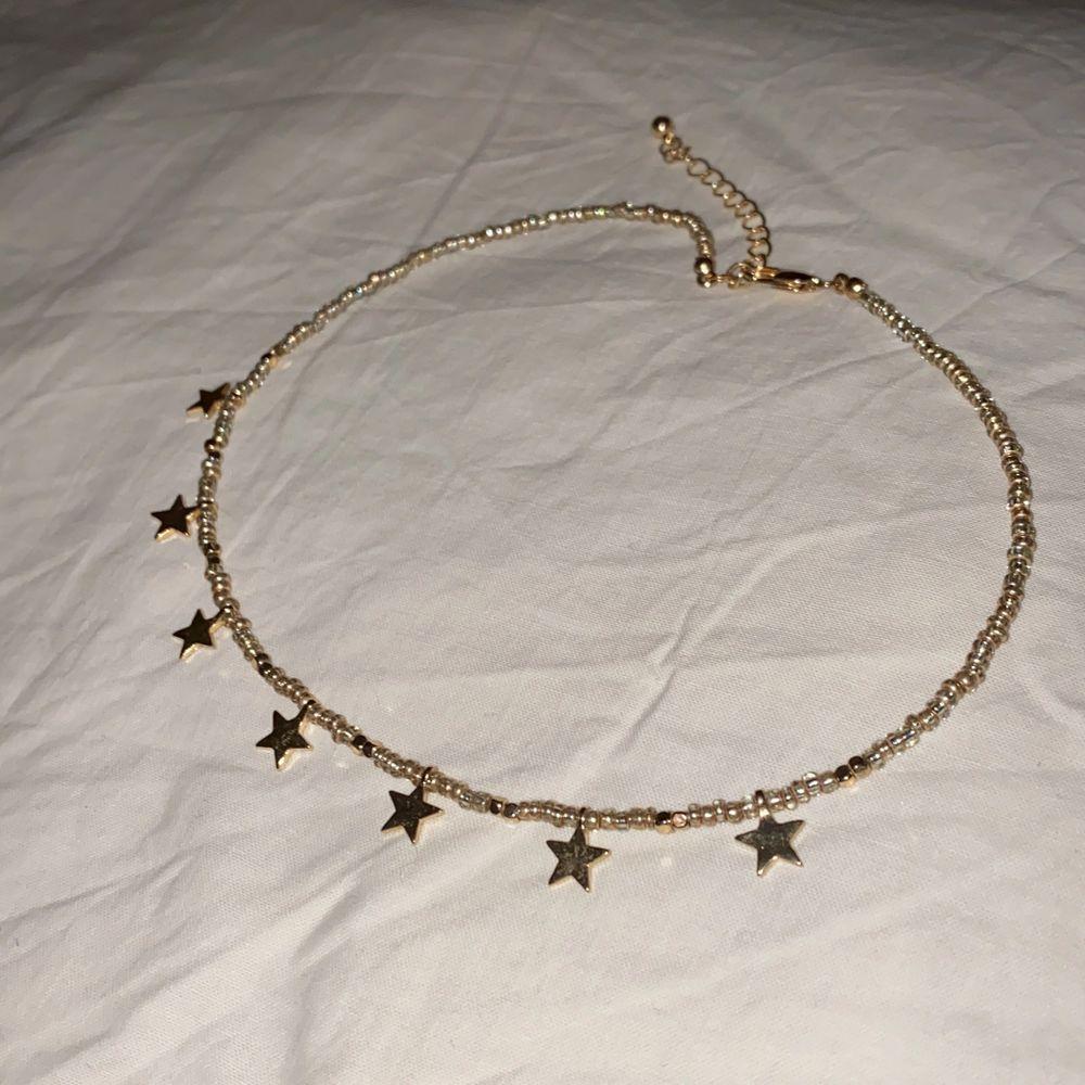 Tight halsband med stjärnor. Aldrig använt.. Accessoarer.