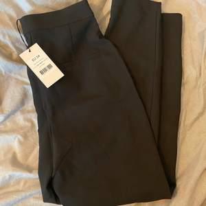 Ett par snygga kostymbyxor från NA-KD i storlek 34! Helt nya och aldrig använda då de var lite långa på mig! För bild hur de sitter på mig skriv privat!