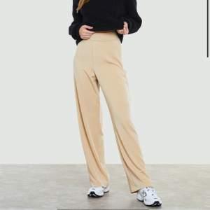 Beigea ish kostymbyxor från bik bok, superskönt material som passar perfekt nu till våren. Endast använda 1 gång, köparen står för frakt ca. 30kr 💕