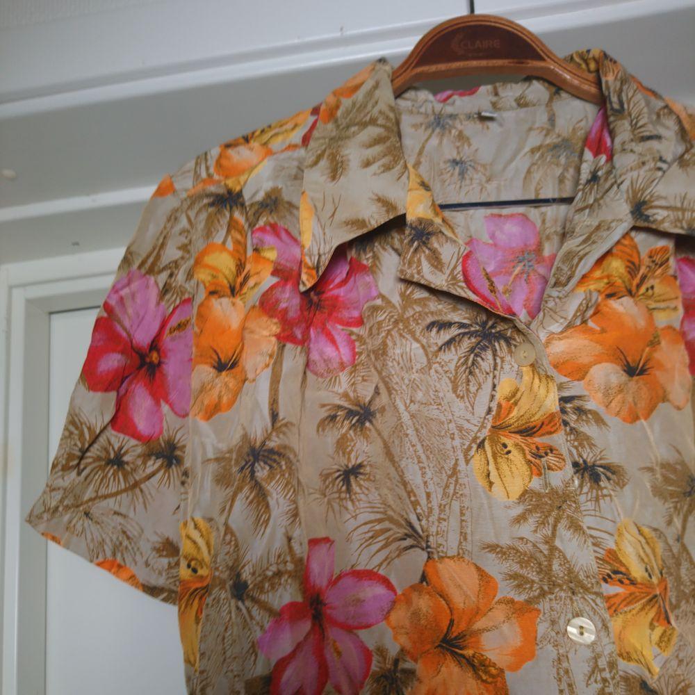 Fantastisk vintageskjorta/blus med hawaii-motiv. Kort modell. Toppenskick. Som en 36:a🌺. Blusar.