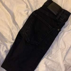 högmidjqde Svarta skinny jenas från Levis. Storlek 25 längden är ca 160 cm