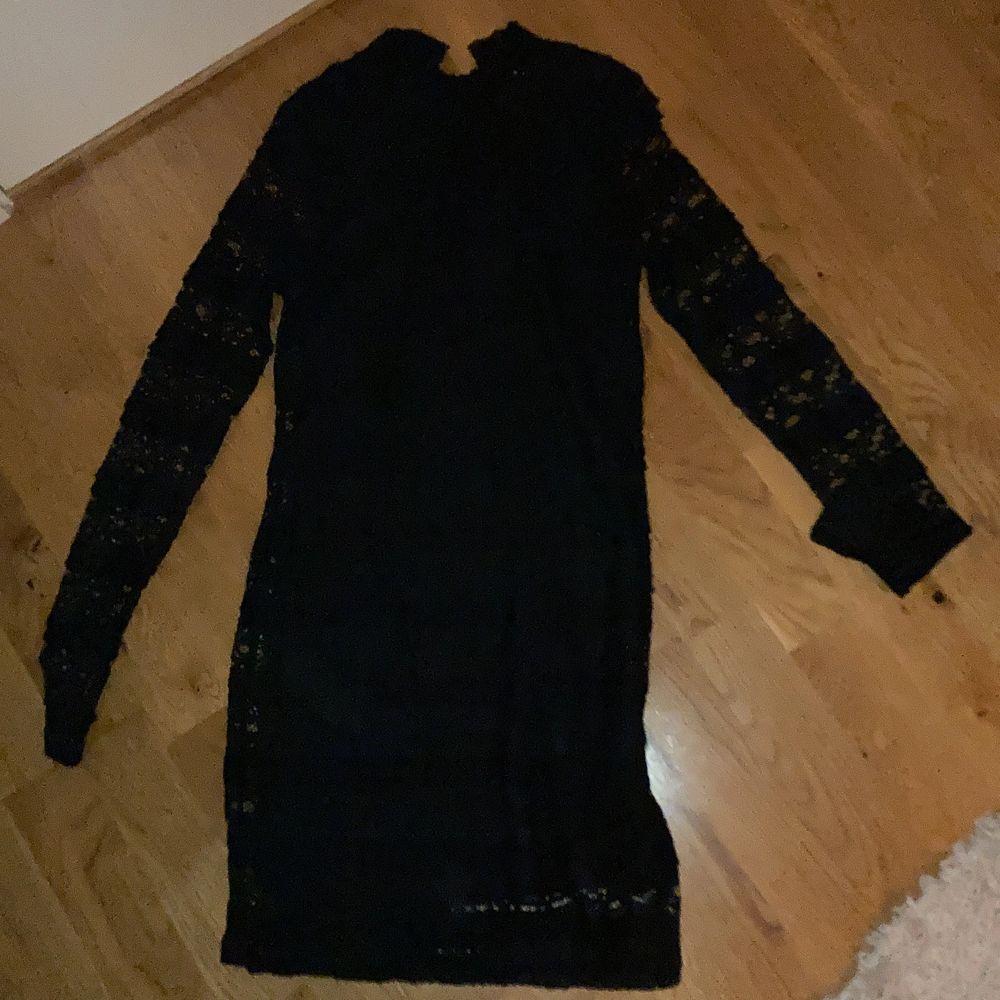Super fin klänning storlek 146. Jag har burit den på både jul, nyår och begravning när jag var mindre. Funkar till många tillställningar 😌. Klänningar.