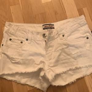 Ett par vita fina jeans shorts som är alldesles för små för mig 💕
