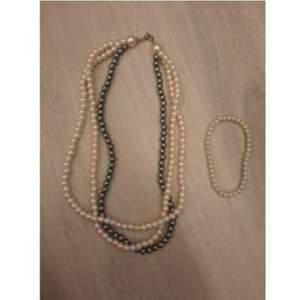 Ett fint set med ett pärlhalsband och ett pärlarmband i väldigt fint skick❤