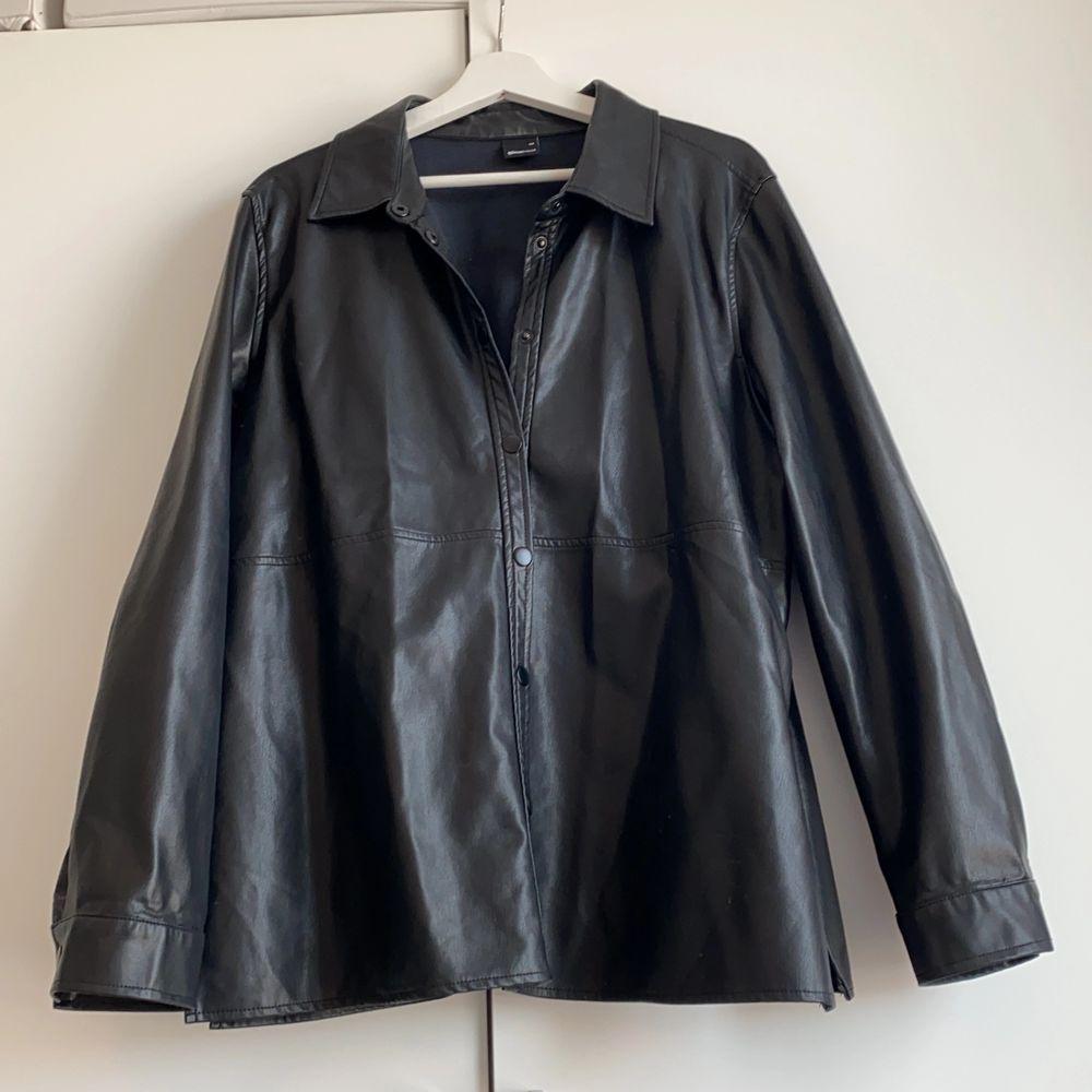 Skjorta i läderimitation, sparsamt använd.. Skjortor.