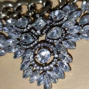 Helt nytt halsband köpt på glitter, nypris 249kr. 120kr + frakt står inte för postens slarv