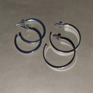 Helt nya örhängen köpta på glitter, nypris?. 30kr/paret eller båda för 50kr + frakt står inte för postens slarv