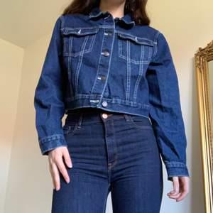 Croppad jeansjacka som är i väldigt fint skick då den är sparsamt använd (använd kanske 2 ggr)💙 Absolut inga brister, den är helt enkelt inte min stil längre!