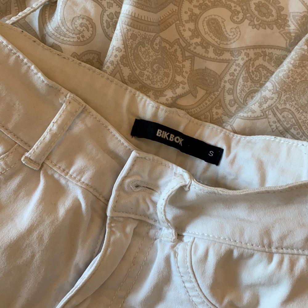 Ett par vita jeans från bikbok i s💗. Jeans & Byxor.
