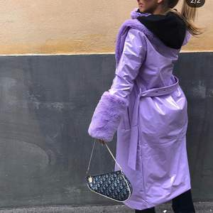 Såå fin kappa i vinyl/läder med faux fur detaljer i storlek 36. Jättebra skick, väldigt unik.