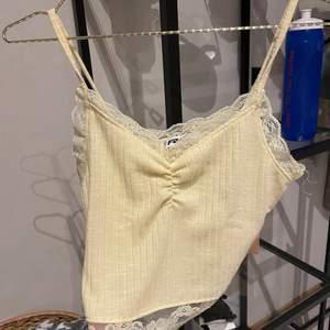 Ett fint ljusgult linne med en fin spets kant både upptill och nedtill. Använd Max 3 gånger. Storlek s men passar även en xs. Köparen står för frakten 70kr+frakt