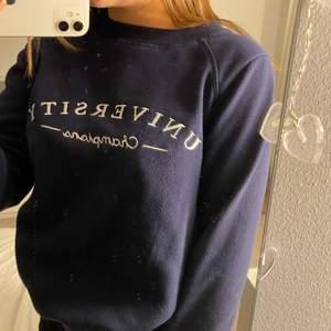 Marinblå sweatshirt från Gina som inte används längre (det är spegeln som är smutsig inte tröjan)💞