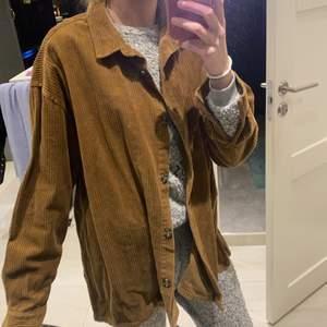 Super fin brun å skön oversized skjortjacka som inte kmr t användning💕 strl L/XL men passar mig som oversized som är strl S