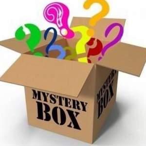 Dags att börja sälja en mystery lådor!  💙 I lådan kommer vara hemliga saker t.ex det kan vara smink, väska, skönhetsprodukter eller kawaii saker även kläder S-XL (alla grejerna är fint skick,använd lite eller oanvända saker)!💖