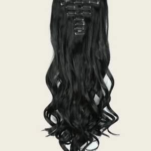 Säljer helt ny oanvända peruk/löshår med 22clips! Lätt att använda tar 5minuter bara att få ett lång hår! De är så mjuka och exakt som på bilder! Fått som present men inte kommer till användning och finns även en annan färg! Se bild 3!♥️