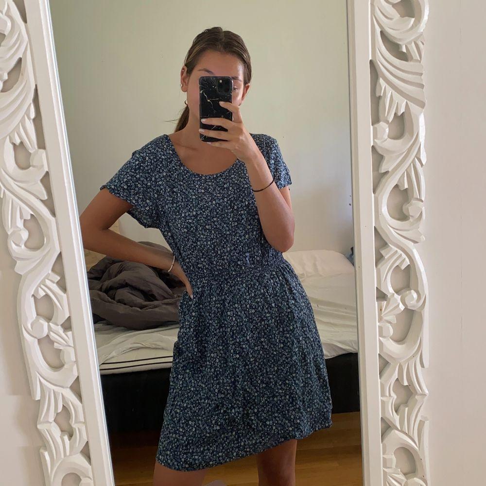 Säljer denna gulliga klänning från Kapphal, storlek 164 vilket motsvarar ungefär XS/S! Aldrig använd utan endast testad✨ Säljs för 120kr inklusive frakt😊. Klänningar.
