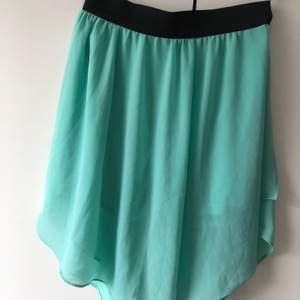 Fin och bekväm turkos kjol med shorts under. Kjolen är i storlek S-M. Köparen står för frakt. 📦