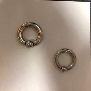 Ringar i 4x14 och 5x14. Till BILLIGT PRIS!!! 29kr styck i KIRURGISKT STÅL!! Super fina smycken. +frakt. Hör av er vid köp och frågor