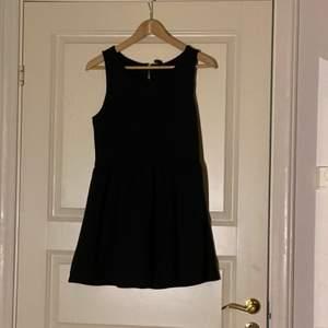 Bara testad och har sedan bara legat i garderoben pga att det var för stor och sen för liten. Inga synliga fläckar osv🙂