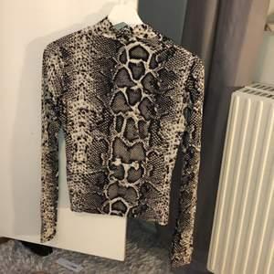 En turtel neck tröja i snake mönster med ett väldigt skönt material. Stl S