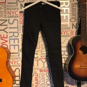 Jeans som känns lite som leggings. Knappt använda då jag inte använder dem så bra skick på byxorna. Storlek w28 och skulle gissa ca storlek S. Frakt tillkommer eller mötas upp i Lund/Staffanstorp