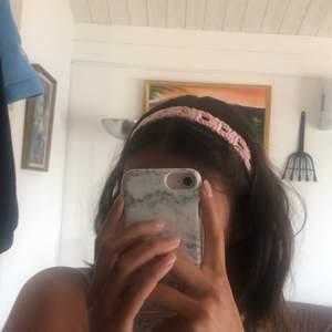 2 st rosa virkade hårband med knyte. Kan även göras i andra färger om man ej vill ha rosa.