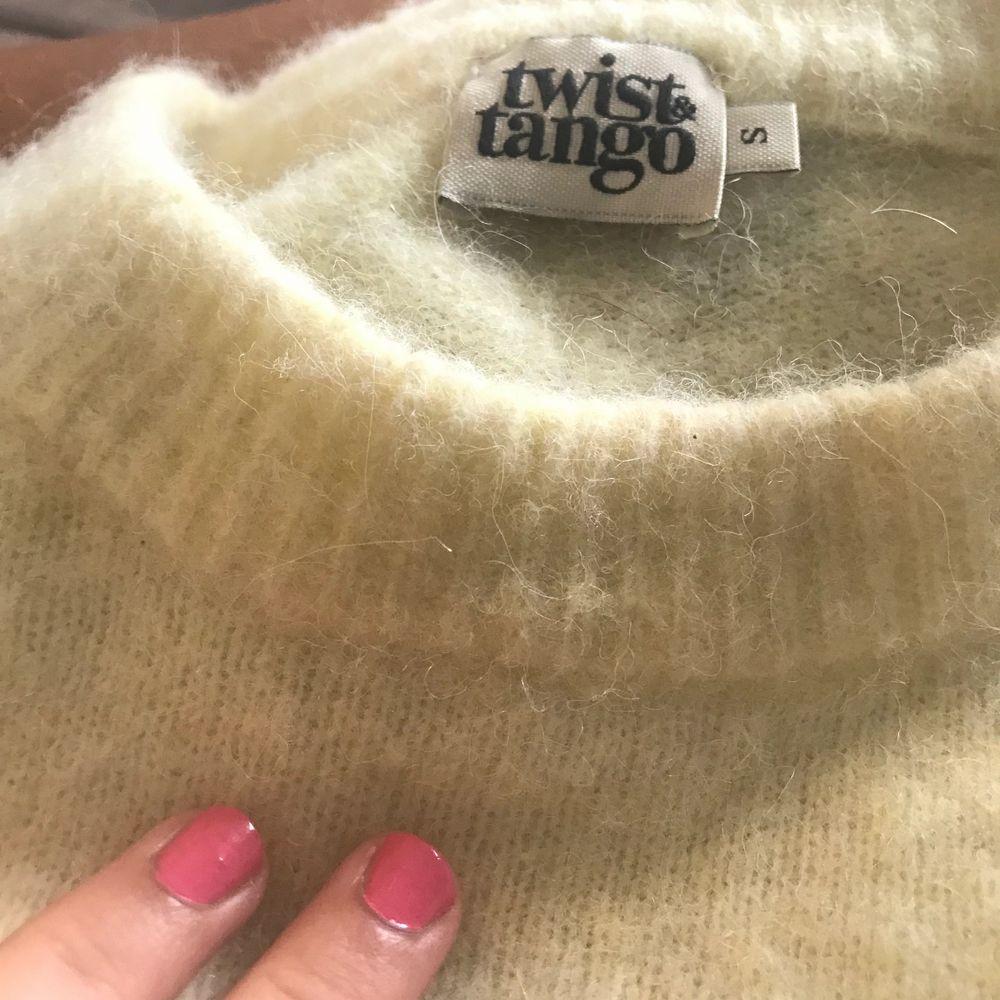 Gul stickad tröja, den är nopprig men det går att lätt få bort😊 nypris 1399. Stickat.