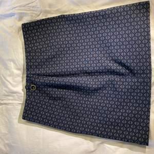 Superfin rak kjol från Stockholm LM. Liten slits baktill.  Storlek S.  😊 Priset är exklusive frakt. Rensar garderoben inför flytt så finns mycket kläder uppe till en billig peng. Kan sänka priset om du köper flera plagg.💘