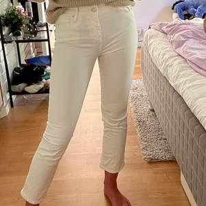 Snygga vita jeans från mango i str 34. Är croppade på mig som är 168. Säljer då de tyvärr blivit för små. Frakt tillkommer på 60🥰