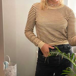 Säljer min guldiga tröja med svarta detaljer på från zara. Lite croppad med långa ärmar. I mycket bra skick då jag använt den Max 5 gånger. Frakt tillkommer på 63 kr.