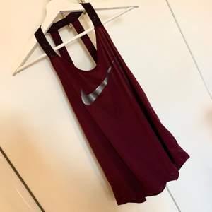 Snyggt linne från Nike i en vinröd/lila färg, storlek S💜 90kr ink frakt