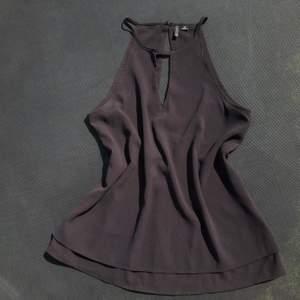 💕 en svart blouse med detalj vid bröstkorgen och ryggen, smala band, använd, mycket bekväm & sval att ha på sig. frakt kostnad tillkommer