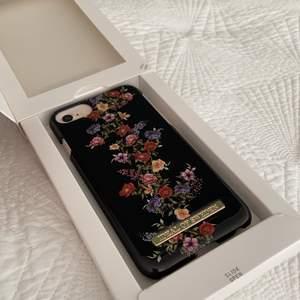 ALDRIG ANVÄNT skal från Ideal of Sweden! Passar IPhone 8/7/6/6S. Superbra skick, nypris 299kr. Jag står ej för frakten💕💕