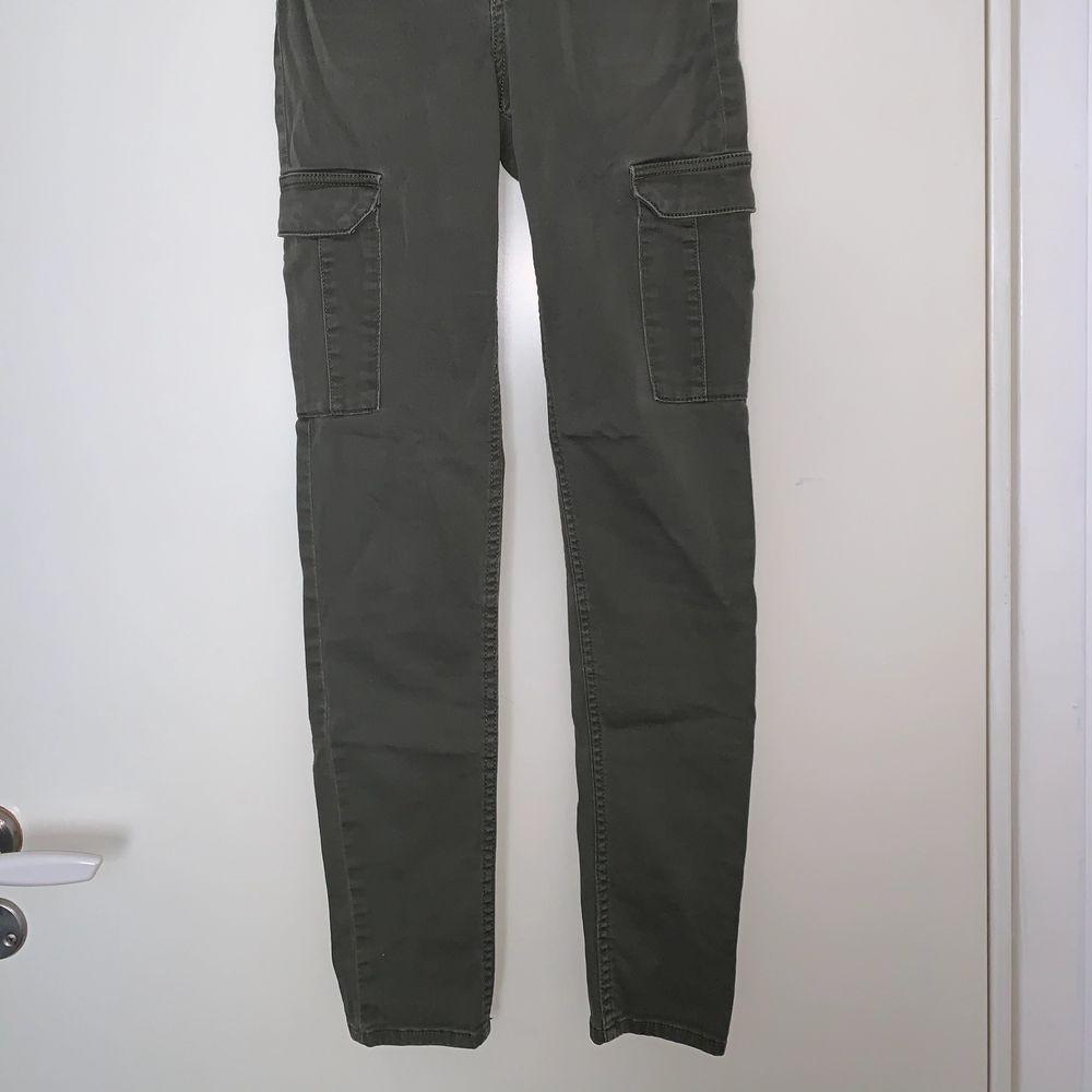 Gröna cargobyxor. Hämtas upp eller fraktas. Köparen står för frakt. Frakten ligger på ca 40kr. Skicka privat för bättre bild. . Jeans & Byxor.