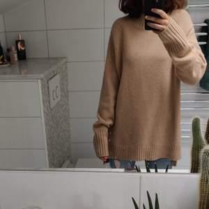 En längre beige stickad tröja från Ralp Lauren som är superfin och värmer bra till de kalla höstdagarna. Oanvänd och därför i nyskick. 🍁❤️