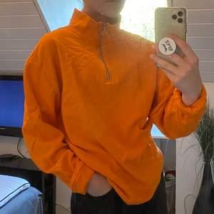 En sweatshirt med dragkedja upp till polokrage. Oversized S i herrstorlek som sitter sjukt snyggt och av bekvämt material.