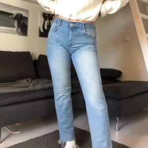 Säljer dessa snygga och trendiga jeans från nakd!! Sparsamt använda då jag har fler som passar mig bättre. 100 kr eller bud. Frakt tillkommer🥰🥰