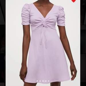 Jättefin lila klänning från Hm, slutsåld. aldrig använd.