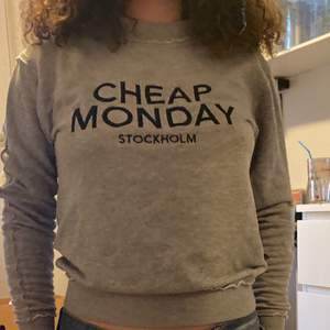 Grå Cheap monday sweatshirt. Frakten tillkommer:)