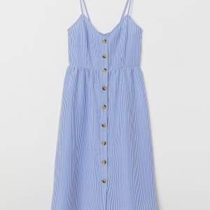 Supersöt klänning från H&M! Knappar hela vägen och knyt i ryggen! Frakten ligger på 49kr och betalas av köparen stjärnor ✨