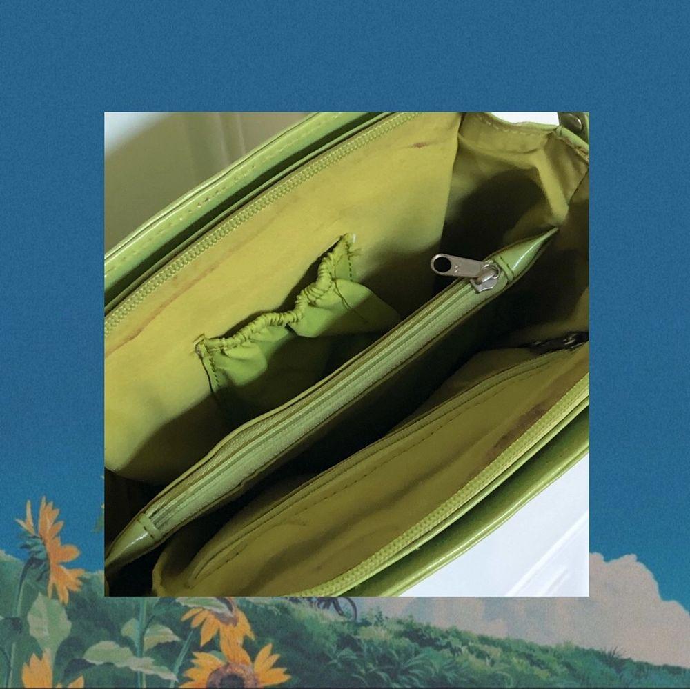 Supersnygg limegrön axelväska med justerbart band, super bra skick förutom några fläckar på insidan (kan skicka bättre bild om önskas). Praktisk och har många fack. Köparen står för frakten. Väskor.