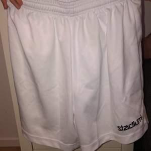 Ett par Stadium (Soc) sport byxor med vit färg och aldrig använd. Inga fickor. Frakten står ni för (30kr)