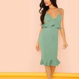 Oanvänd klänning från shein i storlek S.