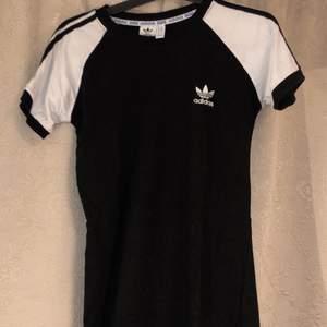 En svart vit adidas klänning i storlek S men mer som en XS... vet ej om den är äkta. Säljer då den är för liten för mig ⚡️  Kolla gärna in resten i min profil 🌎 Pris går att diskuteras!  Köpare står för frakt  📦 (44kr) totalt- 84kr